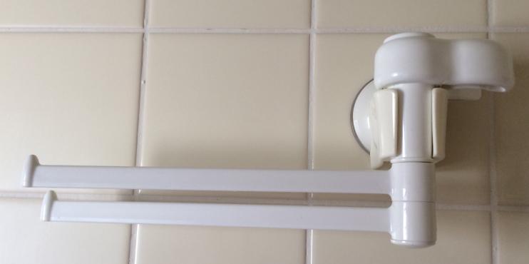 吸盤取付のタオル掛けを浴室壁面に取り付け