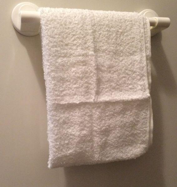 ダイソー(100均)の磁石で取り付けるタオル掛け 20cm、耐荷重量 500g を洗濯機に取付