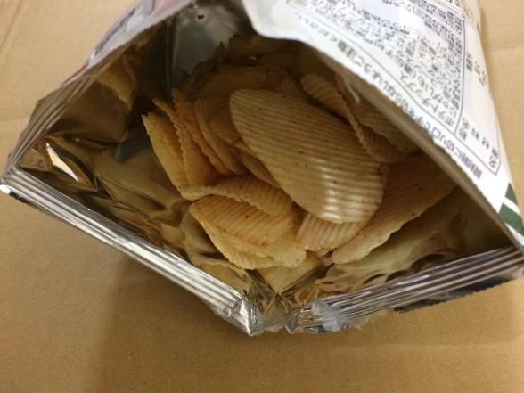 期間限定のカルビーポテトチップスギザギザ 梅塩こんぶ味 を発見、食べました