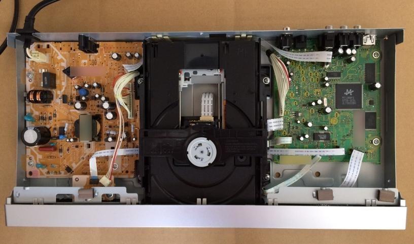 パイオニア製のDVDプレーヤー DV-400V カバーを開ける