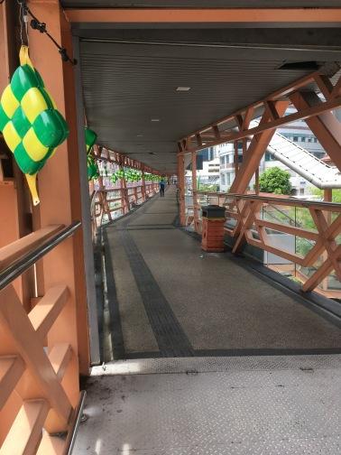 LRTのSultan Ismail駅から続く道路上空の長い歩道