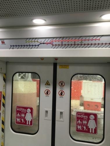KTM鉄道のクアラルンプール駅(Kuala Lumpur) 女性専用車両