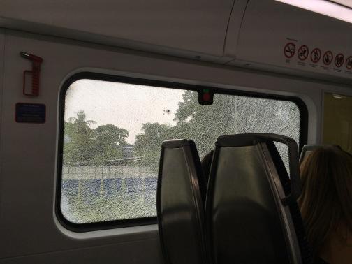 KTM鉄道のクアラルンプール駅(Kuala Lumpur) 窓にヒビ