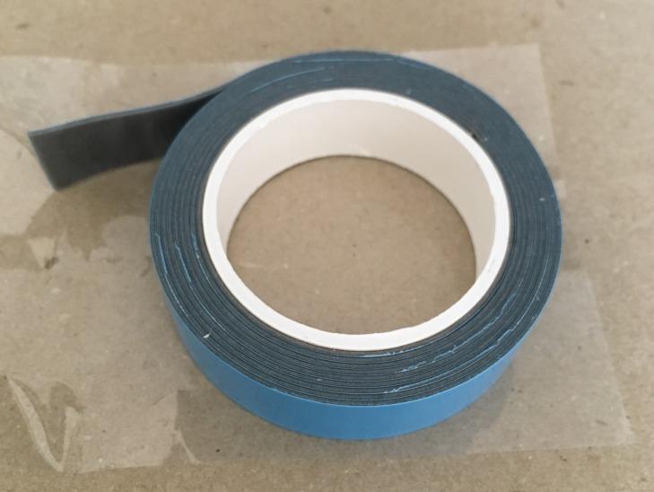 セリア(100均)の超強力両面テープ 耐熱用 屋内・屋外用 テープの色