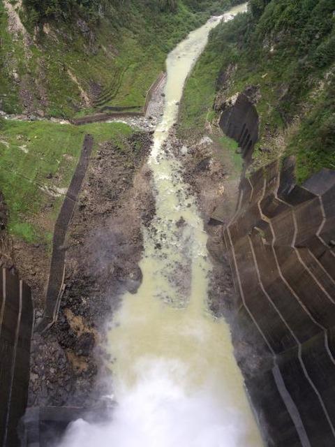 黒部ダム中心から真下を見る