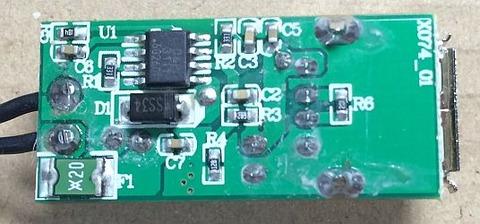 スマホの充電をしているときにFMラジオにノイズが入ることに気が付きました。興味があったので分解して中身を確認してみることにしました。基盤の裏面です。ICチップに3111とマークがあり AX3111のようです。